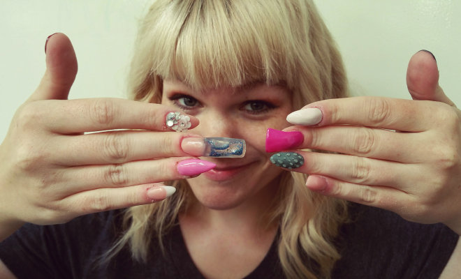 Mollie Hawkins with her freshly done nails by @beautybyamie